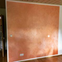 Die Wandgestaltung trägt entscheidend zur Ausstrahlung eines Raums bei. Unsere Raumausstatter bearbeiten Ihre Wände mit viel Liebe und Kreativität.