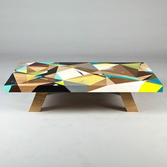 The Australian artist Vans the Omega offers us discover his customized coffee table in collaboration with East Editions. Limited to 4 copies all already sold, table model offers a simple, colorful design and plays with talent on geometric shapes