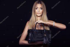 Привлекательная блондинка женщина с мешком — стоковое изображение #60873217