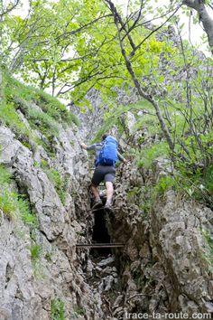 Passage avec les barreaux du Pas de l'Échelle sur le sentier de randonnée à la Croix du Nivolet depuis Lovettaz