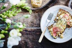 Toast roerei met gepekelde radijsjes en feta - Libelle Lekker  Extra snel klaar, en dus perfect voor je ontbijt of brunch.