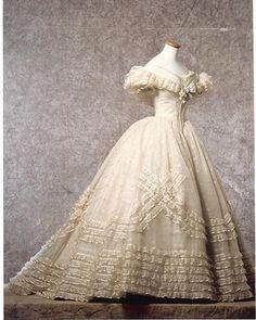 5f7aa1b95 Vestido diseñado por Piero Tosi para Claudia Cardinale