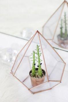 """DIY: Terrário Geométrico Inspirado na Urban Outfitters: vem aprender a fazer esse """"faça você mesmo"""" super cool! Você pode usá-lo como um vaso de suculentas, cactos e ainda como porta objetos!"""