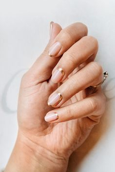The advantage of the gel is that it allows you to enjoy your French manicure for a long time. There are four different ways to make a French manicure on gel nails. Bridal Manicure, Manicure And Pedicure, Bridal Toe Nails, Gold Manicure, Manicure Colors, Manicure Ideas, Nail Colors, Gold Nail Art, Gold Nails
