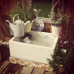 Belfast/Butler sink upcycled into a pretty DIY water feature. Belfast/Butler sink upcycled into a pr Belfast Sink Garden Feature, Belfast Sink Herb Garden, Belfast Sink Garden Planter, Garden Sink, Garden Mum, Garden Water, Belfast Sink In Island, Belfast Sink And Drainer, Gardens