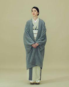 いいね!369件、コメント2件 ― THE YARDさん(@theyard_jp)のInstagramアカウント: 「以前男性のコーディネートでもご紹介した、AUGUSTE-PRESENTATIONとの別注ファーコートです。 . 羽織のようなデザインなので、きものに合わせても素敵なコートです。 .…」 Japanese Coat, Traditional Japanese Kimono, Traditional Fashion, Traditional Dresses, Kimono Coat, Yukata Kimono, Kimono Dress, Kimono Style, Japanese Outfits