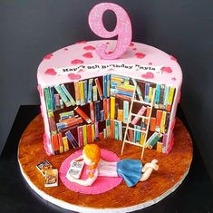 I LOVE this library/bookworm theme cake! The whole thing tells you a story! Tag someone below who you think would appreciate this cake! Elegant Birthday Cakes, Birthday Cake Girls, Book Cupcakes, Cupcake Cookies, Library Cake, School Cake, Novelty Cakes, Girl Cakes, Creative Cakes