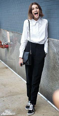 เสื้อเชิ้ตสีขาว, กางเกงสีดำ, รองเท้าผ้าใยสีดำ เชือกรองเท้าขาว พื้นขาว