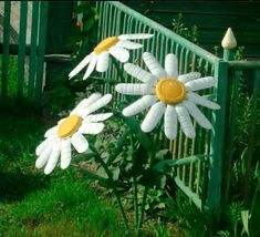Daisies made with recycled plastic bottles Plastic Bottle Flowers, Plastic Bottle Crafts, Recycle Plastic Bottles, Water Bottle Crafts, Plastic Pots, Recycled Garden, Recycled Crafts, Garden Yard Ideas, Garden Crafts