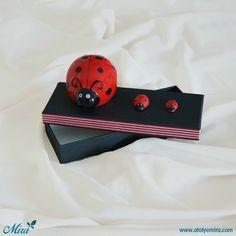 Uğur Böceği Kumbara Tasarım Kutu  Kutu özellikleri: 13x8x3,5 cm dokulu kağıt kullanılmış sıvama kutu Biblo özellikleri: 6x6x8 cm porselen kumbara Satın almak için www.atolyemira.com sayfasını ziyaret edebilirsiniz.