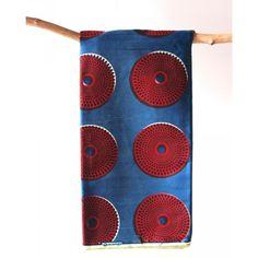 Tissu en coton à motifs géométriques rouge sur fond bleu  Découvrez notre gamme de tissus wax africain 100% coton en largeur 120cm à 7,50€ le mètre. Ces tissus sont disponibles au magasin de Bruxelles et sur notre shop online :  http://shop.chienvert.com/fr/694-wax-africain