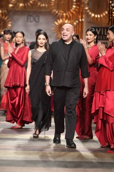 The man of the moment! Applause for Tarun Tahiliani.