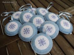 Enfeite para arvore de natal - bola com floco de neve decorada com miçangas A parte central esta feita em ponto cruz Kit com 11 unidades Me...