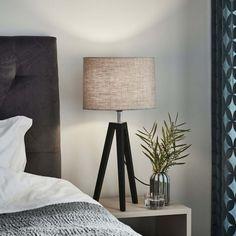 En så trevlig trebent bordslampa 😍  Här höjer den verkligen tillvaron i rummet med modell, passar perfekt som fönsterlampa eller till nattduksbordet💡 Lund, Tripod Lamp, Lighting, Home Decor, Scale Model, Decoration Home, Light Fixtures, Room Decor, Lights