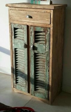 Reuse Old Shutters Ideas repurposed Primitive Furniture, Farmhouse Furniture, Repurposed Furniture, Rustic Furniture, Cool Furniture, Painted Furniture, Repurposed Doors, Furniture Projects, Furniture Makeover