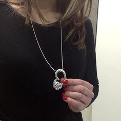 Sugestão de presente para debutante: Pingente coração vazado com flor em prata envelhecida da Prata Fina.