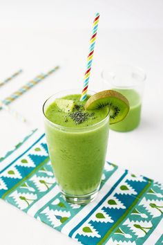 Simple Green Smoothie recipe - Delicious healthy fruits and vegetables loaded vegan smoothie that's perfect for weight loss. Full of pineapple kiwi spinach grapes banana and coconut water. Smoothie Vert, Green Detox Smoothie, Vegan Smoothies, Green Smoothie Recipes, Smoothie King, Parfait, Best Nutrition Food, Nutrition Websites, Proper Nutrition