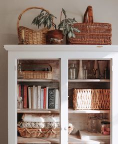 Baskets, summer light, glass milk vases, books, and beeswax candles. Little things that make a house a home. Style Deco, Farmhouse Furniture, Farmhouse Decor, Cozy House, Home Decor Inspiration, Home Fashion, Home And Living, Living Spaces, Living Room