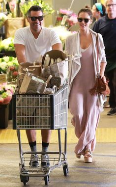 The couple that shops together, stays together! Just check out Cash Warren 'n' Jessica Alba, both in fashionable sunnies, grabbing groceries!