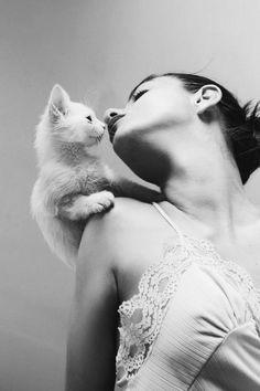 """Dopo tutto, una donna che non ama i gatti non sarà mai capace di far felice un uomo.  (Orhan Pamuk, da """"The Museum of Innocence"""")"""