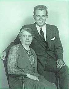 Robert Peary murió en 1920 y Josephine le sobrevivió durane varias décadas, se centro en la defensa de su pretensión de haber llegado al Polo Norte. Sus logros personales fueron reconocidos en 1955 por la National Geographic Society, que le otorgó su más alto honor, la Medalla de Logro. El 19 de diciembre del mismo año, a la edad de 92, Josephine murió y posteriormente fue enterrada junto a su marido en el Cementerio Nacional de Arlington.