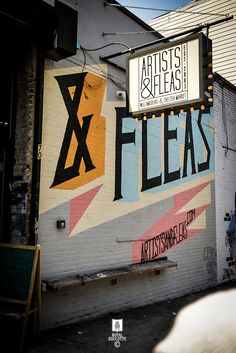 ARTISTS AND FLEAS MARKET NYC | bulb lit lightbox, street art design | ROYAL ROULOTTE