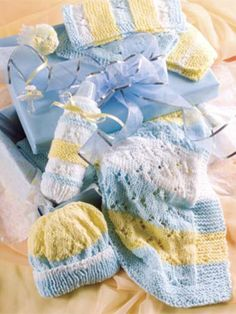 Shower Baby With Gifts - love this idea for shower gift - KNITTING - EASY - washcloths, blanket, bottle cozy