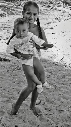 Brando's daughter Cheyenne carrying a younger child at the beach, She went on to commit suicide in five years after her half-brother Christian killed her boyfriend. Shy People, Funny People, Cheyenne Brando, Games For Girls, Guys And Girls, Marlon Brando, Old Movie Stars, Online Dating Profile, Royal Brides