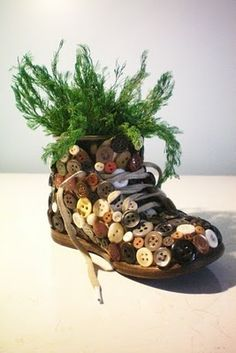 Shoe turned planter /w buttons Diy Home Crafts, Garden Crafts, Creative Crafts, Crafts To Make, Crafts For Kids, Arts And Crafts, Diy Buttons, Vintage Buttons, Crafts With Buttons