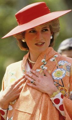 During a visit to Japan in May 1986, Diana matched her orange kimono with a vibrant, wide-brimmed red hat. (Photo by Georges DeKeerle/Getty Images)