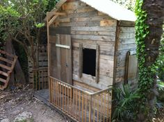 25 Ways of Reusing Wooden Pallets In Your Garden as Hut, Cabin or Kids Playhouse Sheds, Huts & Tree Houses Pallet Playhouse, Pallet Shed, Pallet Crates, Pallets Garden, Wooden Pallets, 1001 Pallets, Boys Playhouse, Pallet Benches, Playhouse Outdoor