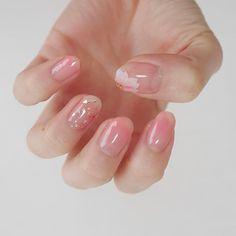 ♡ . ほんのり#桜ネイル♡ . 今日から3月ですね 私は花粉にやられて死にそうです… . #しずくネイルシール ゲットしたので桜ネイルやってみました♡ 薬指にちらしているのはネイルホリックの新色#パーティーフレークネイル#GD027 です٩(ˊᗜˋ*)و その他の指は#グラデーションネイル にしたつもりですが…なんだかシアーすぎて爪先塗れてない状態笑 . . #セルフネイル#セルフ#ネイル#マニキュア#ポリッシュ#春ネイル#桜ネイル#ネイルホリック#nailholic#nailholic_kose#selfnail#self#nail#セルフネイル部#春#桜#spring#blosson#