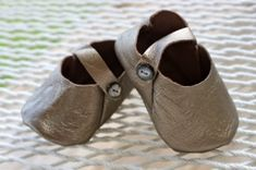Prudent Baby shares a free pattern for these leather baby shoes. What is it about tiny little baby shoes that makes me weak in the knees? You can find leather to make these from a repurposed ja… Baby Shoes Pattern, Shoe Pattern, Sewing For Kids, Baby Sewing, Baby Shoes Tutorial, Diy Bebe, Leather Baby Shoes, Leather Booties, Style Japonais