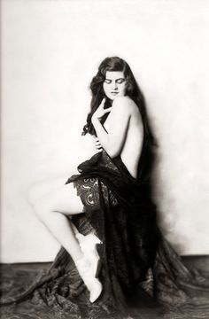 """Meet the Original """"Victoria's Secret"""" Beauties of the 1920s 