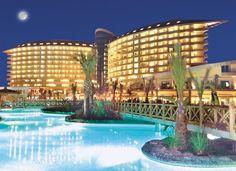 Antalya, Turkije, Hotel Royal Wings 5*. Het zeer luxueuze en groot opgezette Royal Wings hotel 5***** ligt direct aan het brede Lara strand. Zwembaden, veel faciliteiten, prachtig!