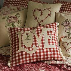 Que tal almofadas vermelhas no sofá para decorar sua casa no #diadosnamorados? #ficaadica #decoração #amor
