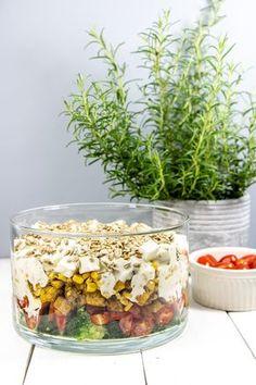 Warstwowa sałatka z kurczakiem, fetą i brokułami Salad Recipes, Healthy Recipes, Healthy Food, Polish Recipes, Tasty Dishes, Italian Recipes, Natural Health, Salads, Food Porn