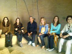 Los visitantes se sientan un momento al fresco dentro de la reproducción del Cuahucalli en el museo a escuchar la importancia ritual del sitio.