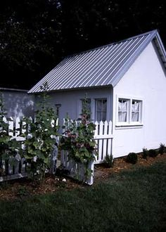 tin roof - little guest house Small Beach Cottages, Cabins And Cottages, Guest House Cottage, Guest Houses, Tin Roof House, Country Style Homes, Pool Houses, The Ranch, Outdoor Rooms