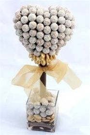 Fashion Taste Shop: Dárek ke Dni matek k nakousnutí! Candy Topiary, Candy Trees, Diy Bouquet, Candy Bouquet, Chocolate Brands, Chocolate Gifts, Sweet Hampers, Coconut Truffles, Candy Display