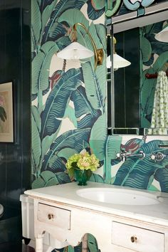 'Martinique' Banana Leaf Wallpaper in Bathroom Wallpaper Ideas on HOUSE - design, food and travel by House & Garden, including the London flat of designer Rita Konig Palm Wallpaper, Unique Wallpaper, Bathroom Wallpaper, Wallpaper Ideas, Green Wallpaper, Ideas Baños, Flat Ideas, Tropical Bathroom, Small Bathroom