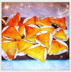Triangles aux amandes (Samsa).  http://youtu.be/uZHoj3ATqEE? list=UU8HgrsWBMnhAfgqbJQJjZ7w