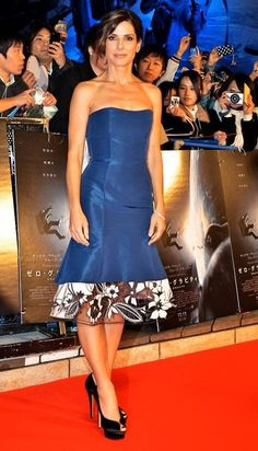 http://www4.pictures.stylebistro.com/bg/Sandra+Bullock+dazzles+blue+gown+1ywM7ZcjGZWl.jpg