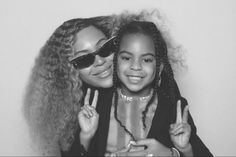 Beyonce and Blue Ivy are showing us major mummy/daughter goals. The music icon shares these adorable photos of herself and her daughter Blue connecting. Beyonce And Jay, Beyonce Knowles, Super Short Pixie Cuts, Ivy Look, Blue Ivy Carter, Mother Daughter Photos, Cute Celebrities, Friend Wedding, Celebrity Pictures