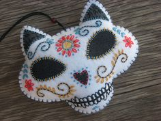 Kitty Calavera - day of the dead Embroidery Designs, Felt Embroidery, Halloween Crafts, Holiday Crafts, Felt Skull, Sewing Crafts, Sewing Projects, Sugar Skull Art, Sugar Skulls