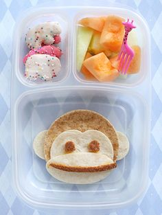 Lots of different lunch ideas for both kids and adults!! so going to do this for Matt when he is old enough for school :)