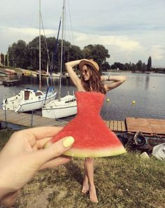'Watermelon dress' trend uses perspective illusion to create faux fashions Photos Bff, Beach Photos, Cool Photos, Forced Perspective Photography, Perspective Photos, Vintage Photography, Creative Photography, Photography Poses, Friend Photography