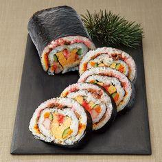十種以上の具材を贅沢に巻いた京の巻き寿司。 Sushi Go, Fresh Sushi, Sushi Party, Japanese Street Food, Japanese Food, Mochi, Sushi Sauce, Sushi Platter, Asian Recipes