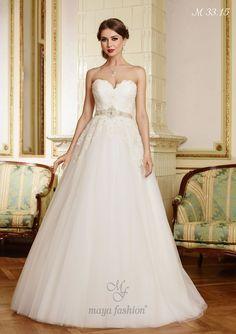 O rochie a carei eleganta este data de decolteul in forma de inima si de braul din cristale fine ce marcheaza delicat talia.