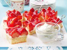 Strawberry cake from the tin - the classic recipe with pudding - Backen - Kuchen Best Holiday Appetizers, Holiday Cakes, Holiday Desserts, Holiday Recipes, Strawberry Cream Cakes, Strawberry Cake Recipes, Fireman Cake, No Bake Granola Bars, Pavlova